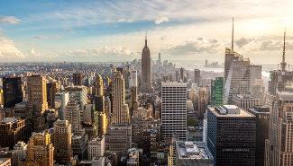 Blick auf die New Yorker Skyline in der Morgensonne.